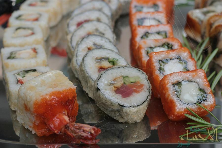 """استخراج دودة شريطية ضخمة من أمعاء عاشق لأطباق الـ """"سوشي"""" !!"""