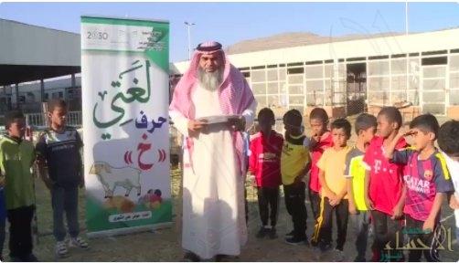 """بالفيديو.. معلم يحوّل سوق الأغنام لفصل دراسي لتعليم تلاميذه """"الأبجدية"""" !!"""