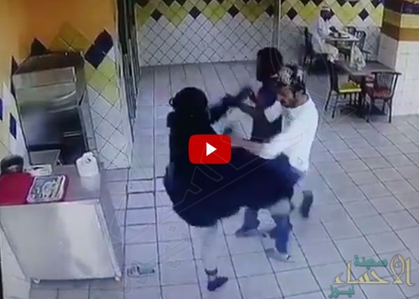 """شاهد.. فتاة تحول أحد مطاعم جدة لـ """"حلبة مصارعة"""" !!"""