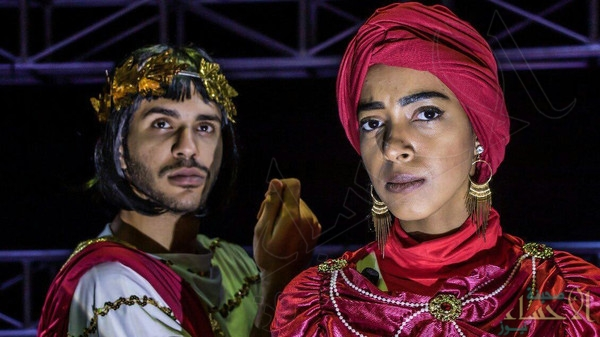 """بالصور.. أول ممثلة سعودية على المسرح مع رجل.. """"صدفة وصدمة"""" !!"""