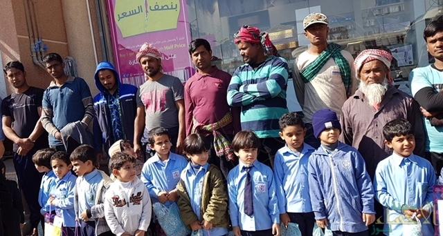 """بالصور.. ١٠٠ متطوع في مشروع """"طفل صغير.. وعمل كبير"""" في العيون والعقير"""