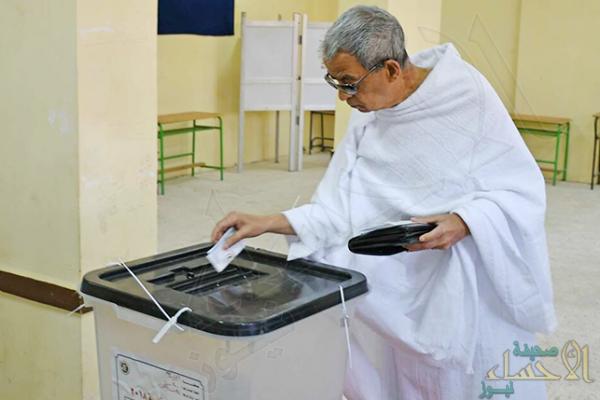 بملابس الإحرام.. مصري يصوت في انتخابات الرئاسة
