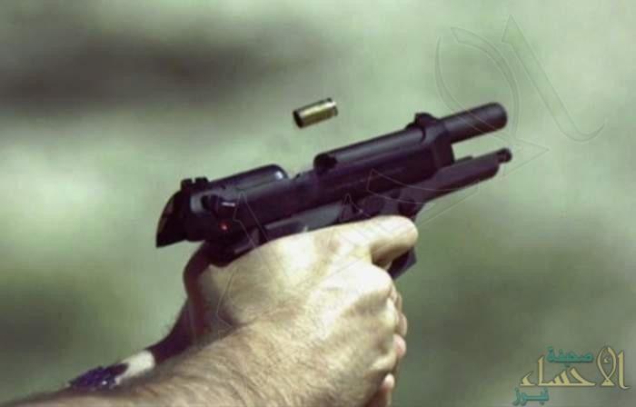 في #الأحساء عشريني يصيب قريبه بثلاث طلقات نارية وينتحر..!؟