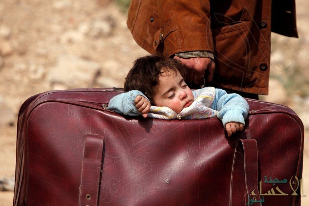 صورة طفلة من الغوطة الشرقية تنام داخل حقيبة والدها أثناء نزوحه تشعل مواقع التواصل