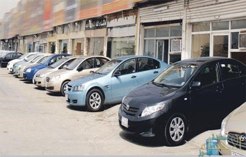 """شاهد.. """"فتاة سعودية"""" تعمل في محل لتأجير السيارات بعد يوم من بدء توطين القطاع"""
