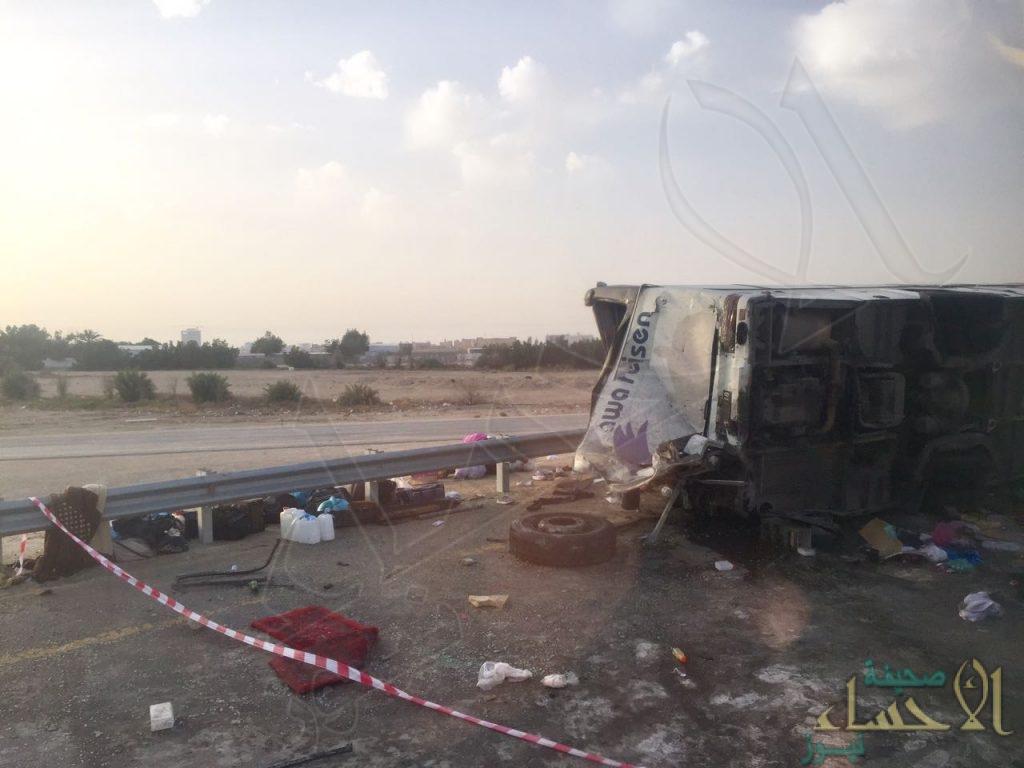 """بالصور .. وفاة وإصابة عشرين في حادث انقلاب""""مروع"""" لحافلة المعتمرين الأحسائيين."""