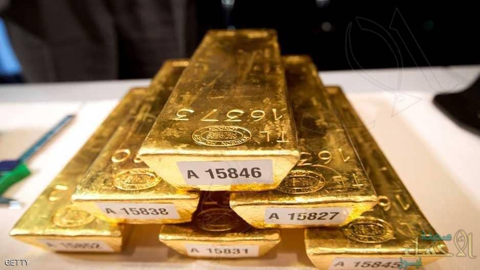 الذهب يعمق خسائره ويتراجع دون 1800 دولار