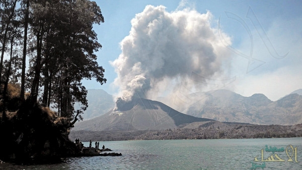 إندونيسيا تُجلي سًكاناً وتغلق مطاراً بعد ثوران بركان