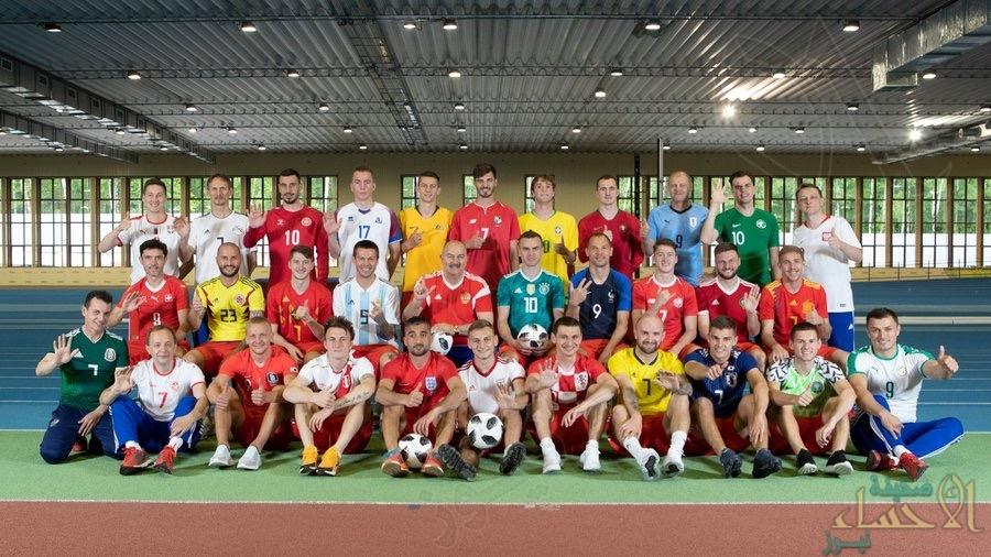 لاعبو المنتخب الروسي ارتدوا قمصان 32 منتخب للترحيب بالجميع في بلادهم!