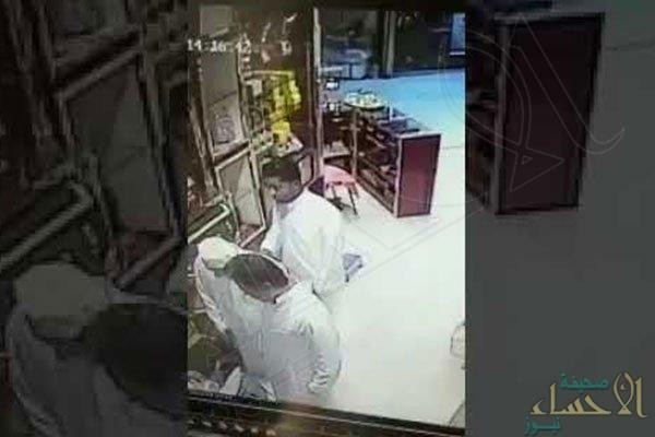 بالفيديو.. سرقة احترافية لقارورة دهن العود من محل بالرياض