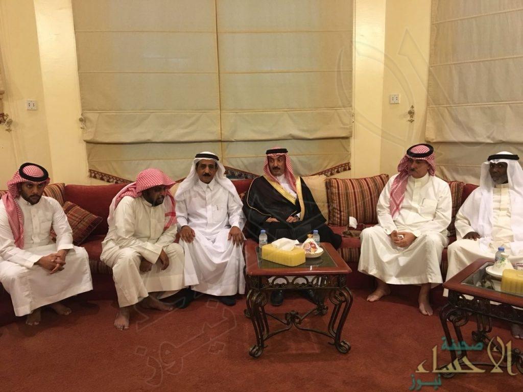 """سمو الأمير """"عبدالعزيز بن محمد"""" يُعزي أسرة فقيد الإعلام """"سعيد الدوسري"""""""