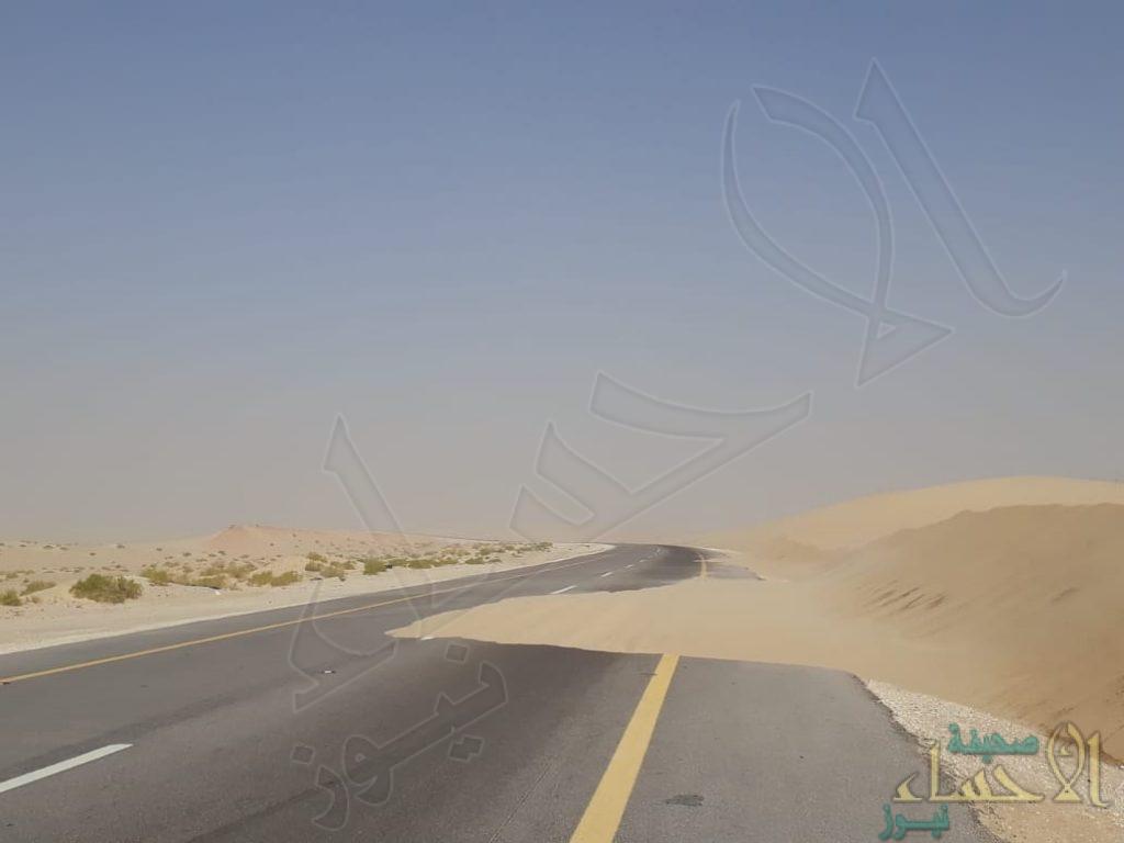 """🔴 إحذر: بالصور … الكثبان الرملية تغطي اجزاء من طريق """"العقير"""""""