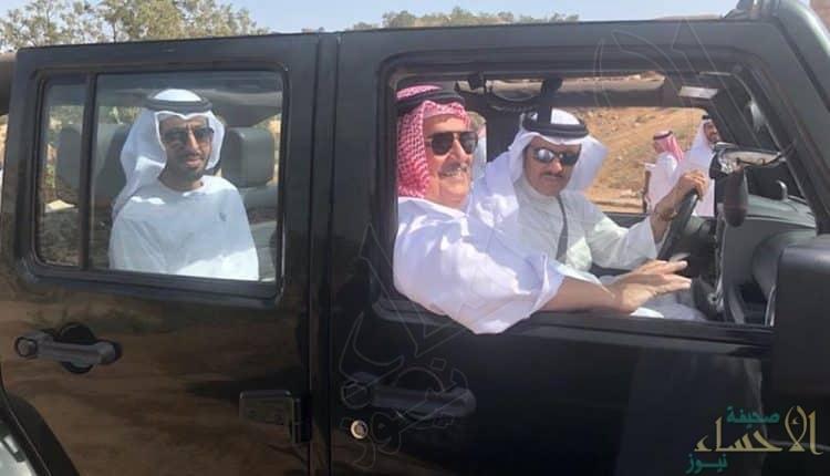 يرافقه مسؤولان خليجيان.. سلطان بن سلمان في نزهة بالسيارة في الشفا
