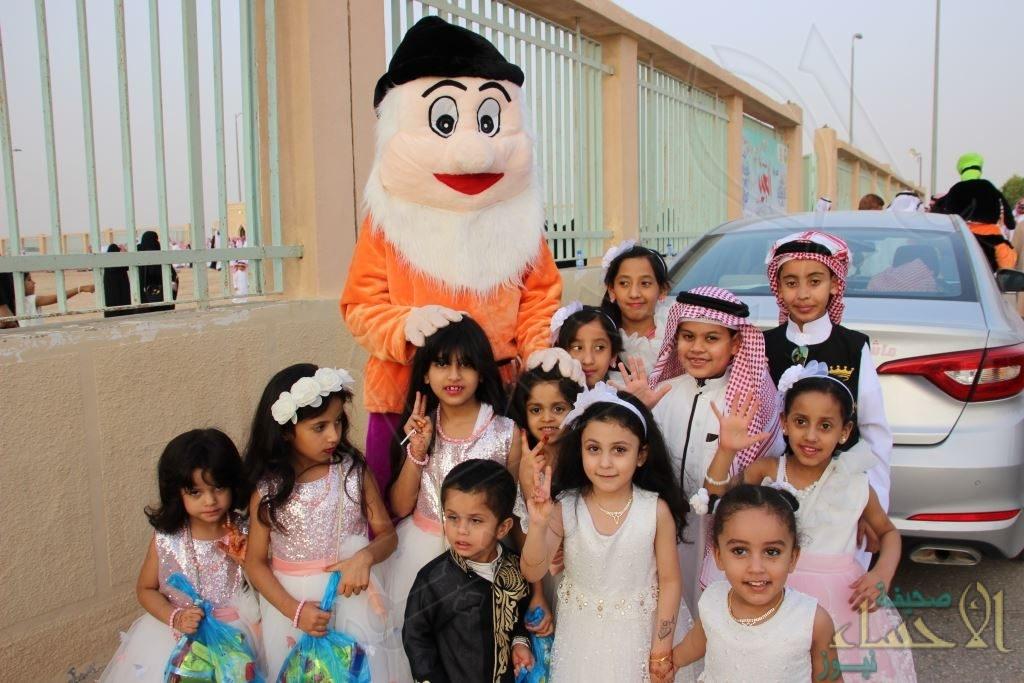 """بالصور .. أهالي """"المراح"""" يؤدون صلاة العيد وفريقهم التطوعي يستقبلهم بالعيديات"""