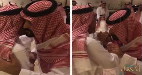 """بالفيديو.. """"ولي العهد"""" يزور عمه """"الأمير مقرن"""" برفقة ابنه """"الأمير سلمان"""""""