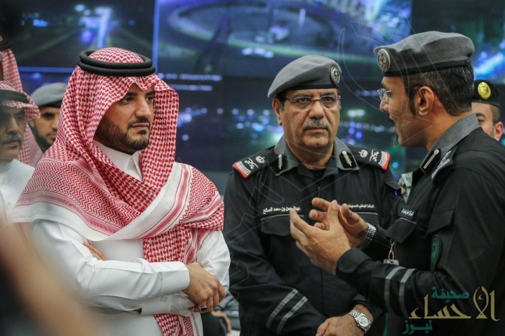 """وزير الداخلية يتفقد مركز العمليات الأمنية الموحدة """"911"""" في مكة"""