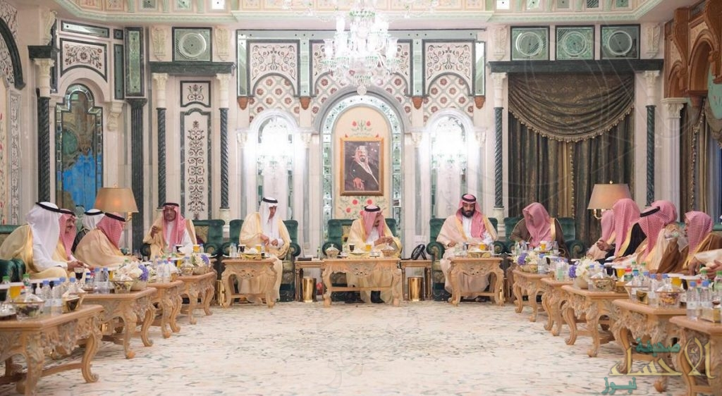 بالصور.. خادم الحرمين يستقبل أصحاب الفضيلة العلماء وأئمة ومؤذني المسجد الحرام