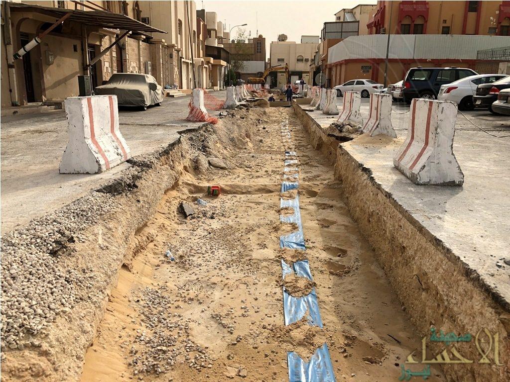 """بالصور.. مندوب """"أمانة الأحساء"""" يعطل مشروع حي المحمدية لأكثر من ثلاثة أشهر !!"""