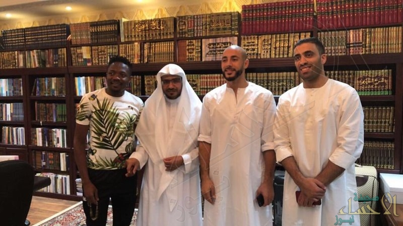 """بالصور.. """"المغامسي"""" يستقبل محترفي نادي النصر في مكتبته المنزلية بالمدينة"""