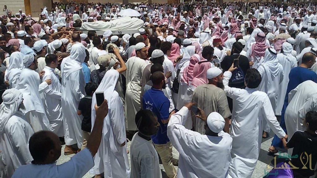 شاهد.. الجموع تشيّع الشيخ أبو بكر الجزائري من المسجد النبوي