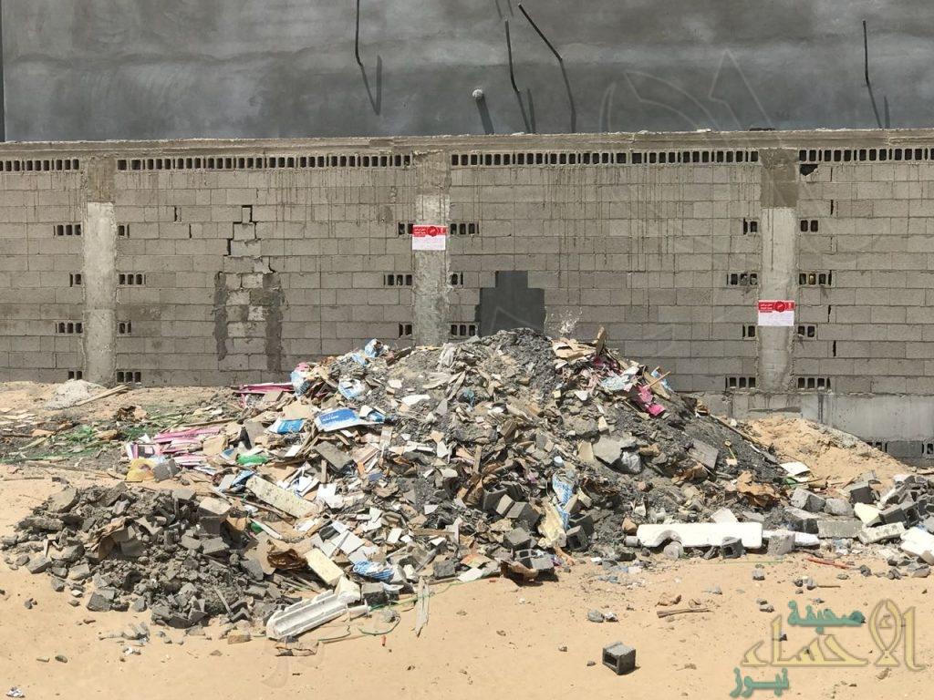 """بالصور.. رفع 21 ألف متر مكعب """"أنقاض مباني"""" بأحياء الهفوف"""