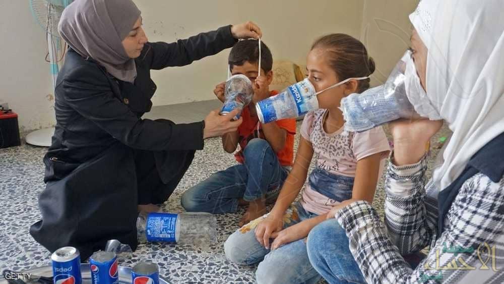"""بالصور… """"كمامات الكولا"""" سلاح أهالي إدلب أمام أي هجوم بالكيماوي"""