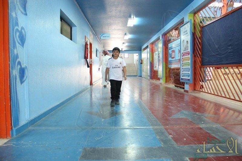 """بالصور.. مدرسة ابتدائية تطبق """"الإجراءات المرورية"""" داخل ممراتها.. غرامات ومخالفات"""