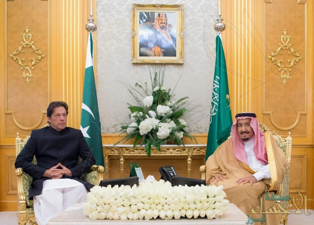 """مُسجلاً أولى زياراته الخارجية .. """"عمران خان"""" يغادر جدة عقب لقاءه بـ""""خادم الحرمين"""""""