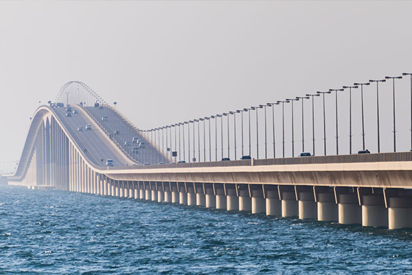 """وظائف شاغرة للسعوديين والبحرينيين بـ""""جسر الملك فهد"""" .. وهذه تفاصيلها !!"""