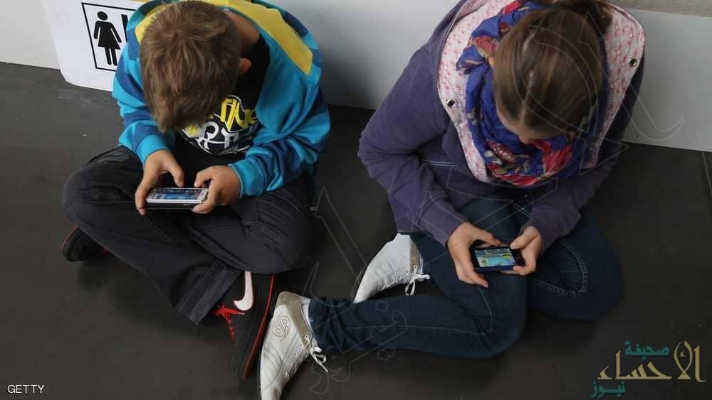 إذا كنت تسمح لطفلك باستخدام الهاتف الذكي.. توقف حالا!!