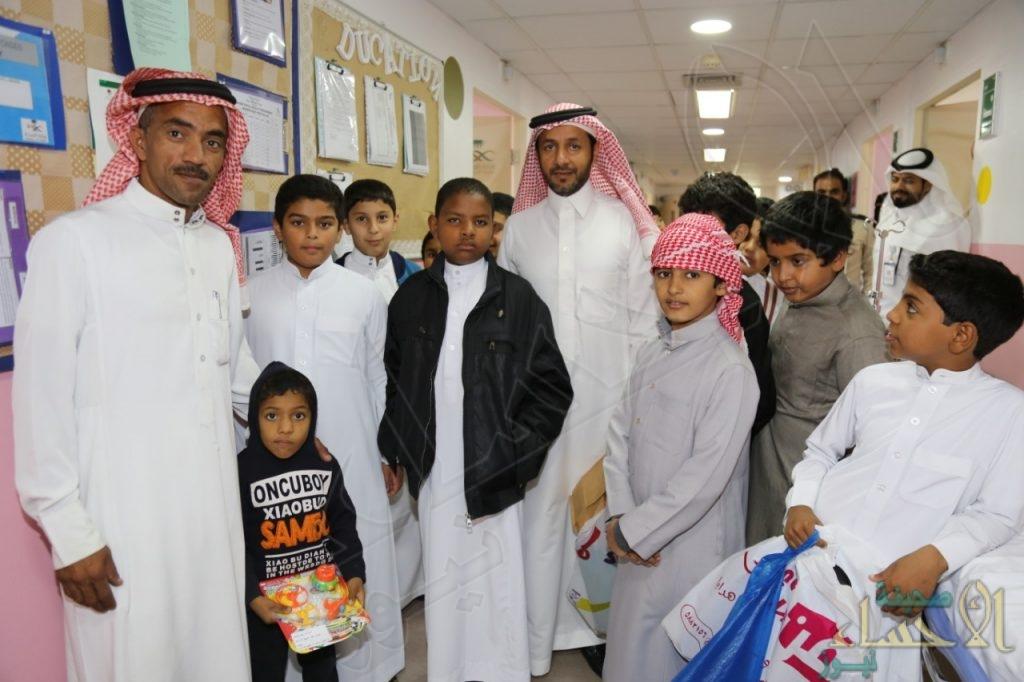 """بالصور .. ضمن الشراكة المجتمعية مع """"أفلاذ"""": ابتدائية عمار بن ياسر تزور مرضى الأطفال بـ""""مستشفى الولادة"""""""