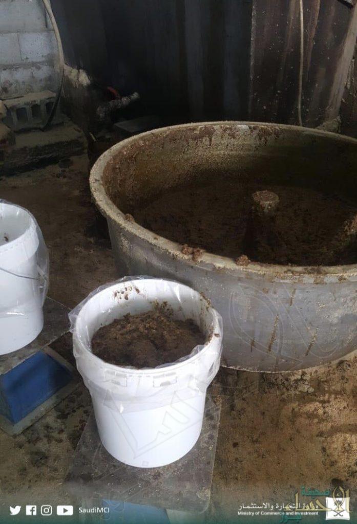 """بالصور.. """"التجارة"""" تضبط مستودعاً لتعبئة الجراك والمعسل بالأحساء"""