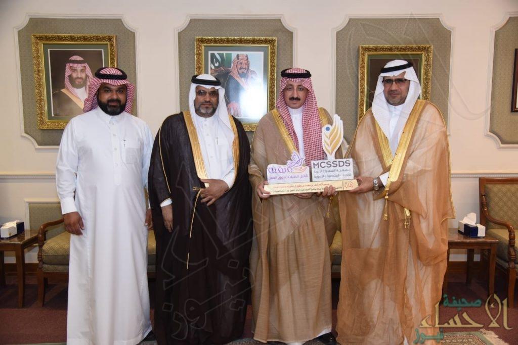 """الأمير """"بدر بن جلوي"""" يستقبل إدارة """"جمعية المنصورة"""" الخيرية"""