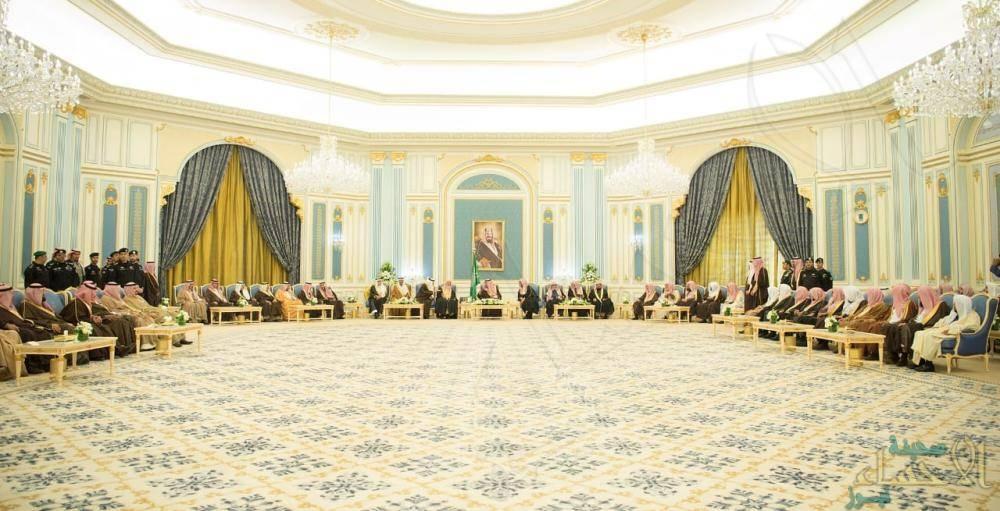 """بالصور.. """"الملك سلمان"""" يستقبل الأمراء والمفتي والعلماء وجمعاً من المواطنين"""
