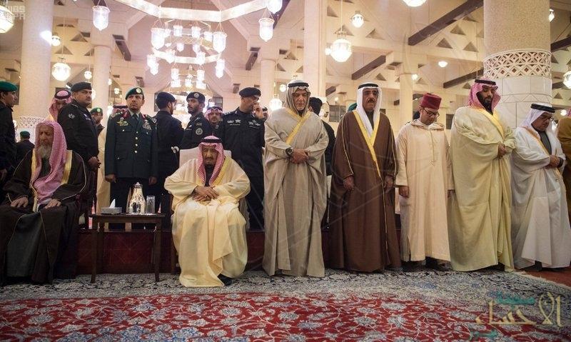 """بالفيديو والصور … """"خادم الحرمين"""" يؤدي صلاة الميت على الأمير """"طلال بن عبدالعزيز"""""""