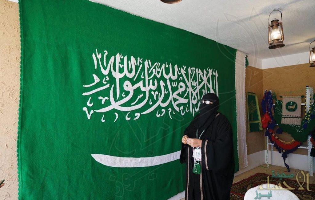 """بالصور.. مُسِنّة تعكف 7 أشهر لتصنع أكبر علم سعودي من """"السدو"""""""