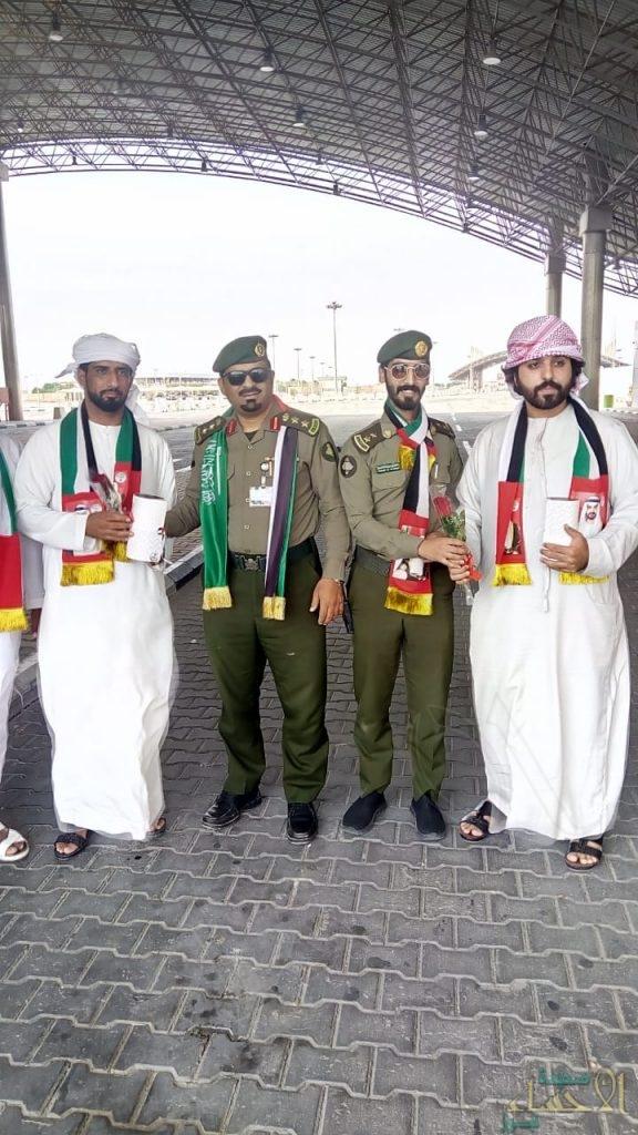 """بالصور.. """"جوازات منفذ البطحاء"""" تحتفي باليوم الوطني الإماراتي وسط المسافرين"""