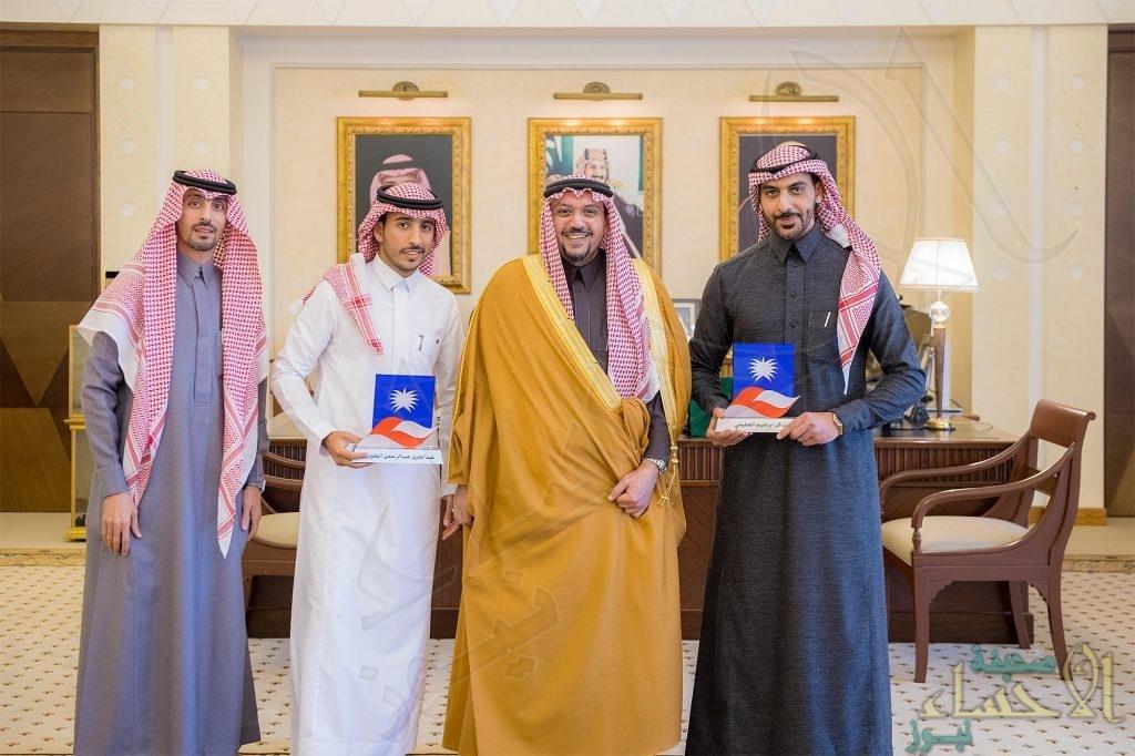 أمير القصيم يكرم الشابين الطويرش والعقيلي لمشاركتهما بتطوير وتصنيع قمرين صناعيين