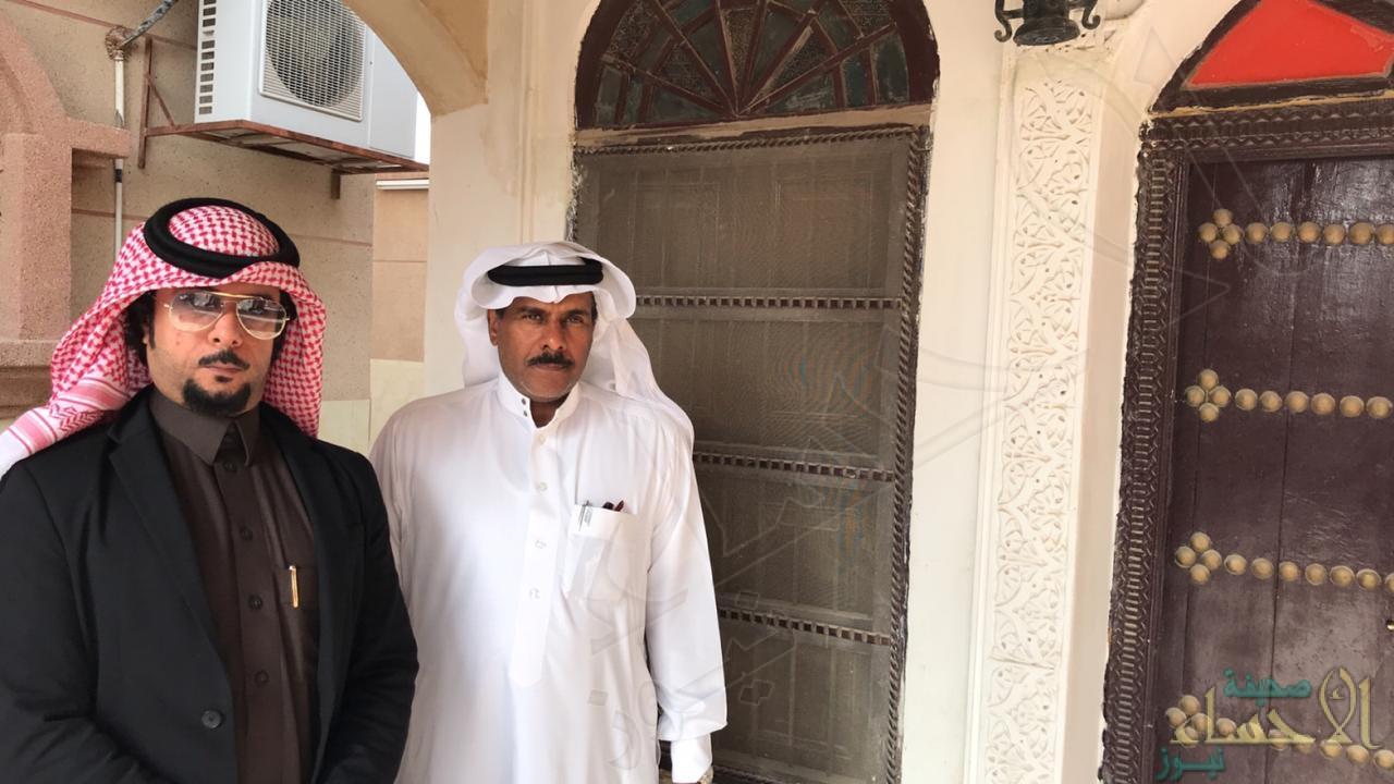 صاحب اللوحة أحمد العيسى برفقة محرر الأحساء نيوز