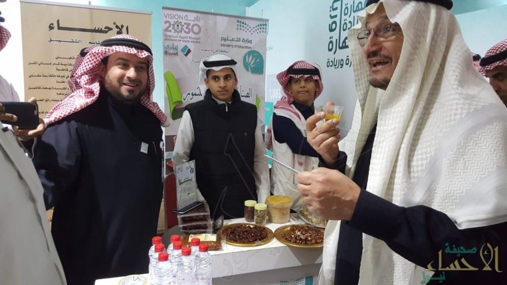"""وزير التعليم """"آل الشيخ """"يزور جناح """"رياديِّ"""" تعليم الأحساء بالجنادرية"""
