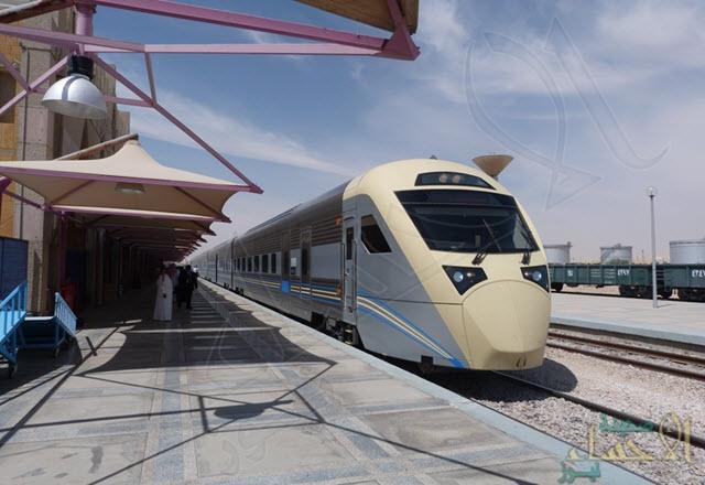 """في الأحساء… تأخر القطار يُحدث ربكة للمسافرين وهكذا عوضتهم """"الخطوط الحديدة"""" !!"""