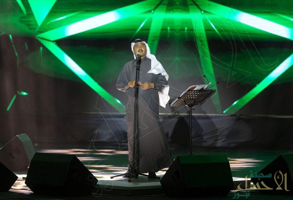 """بين النخيل وعيون الماء .. محمد عبده يُشعِل """"موسم الشرقية"""" في الأحساء (صور)"""
