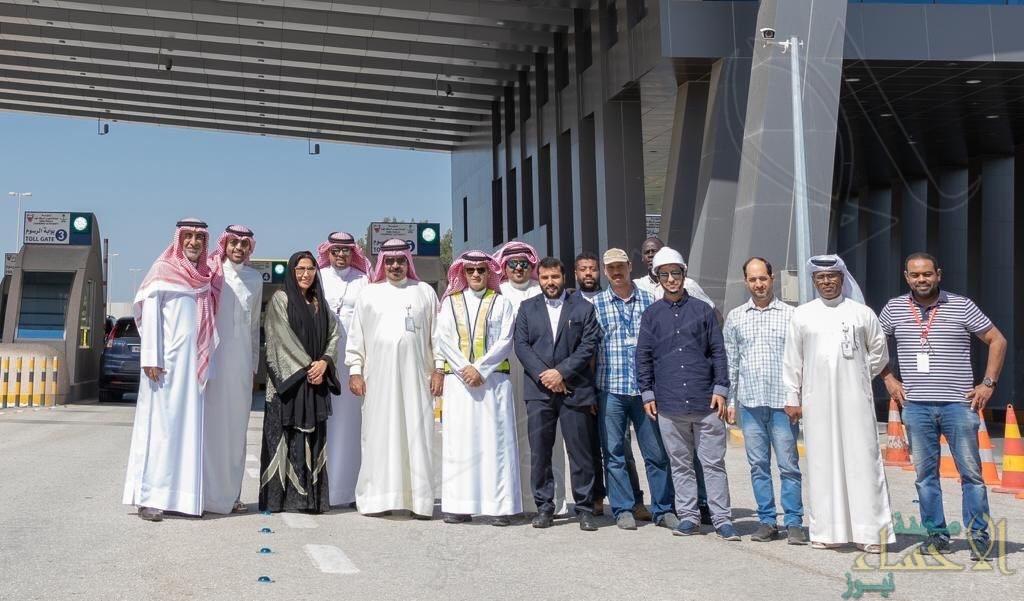 """مدير عام """"جسر الملك فهد"""" يدشن بوابات دفع الرسوم بالجانب البحريني"""