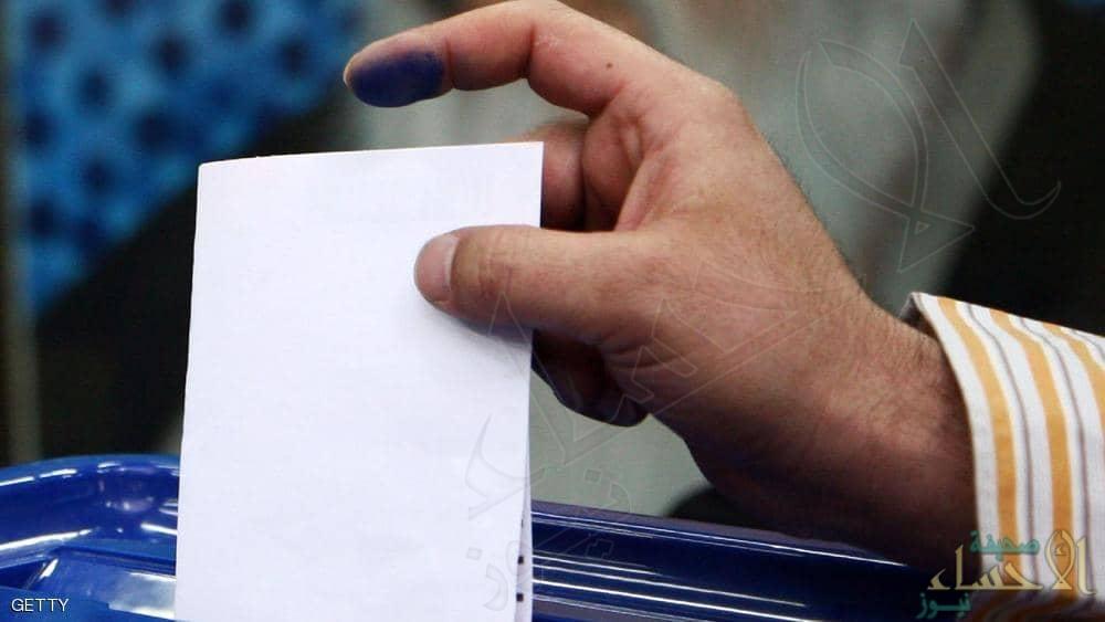 يقطع إصبعه بعد تصويت خاطئ بالانتخابات!