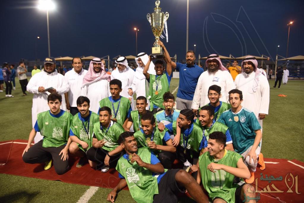 """""""العيسى"""" يكرم الفائزين في نهائي بطولة دوري المدارس لكرة القدم للثانوي والمتوسط"""