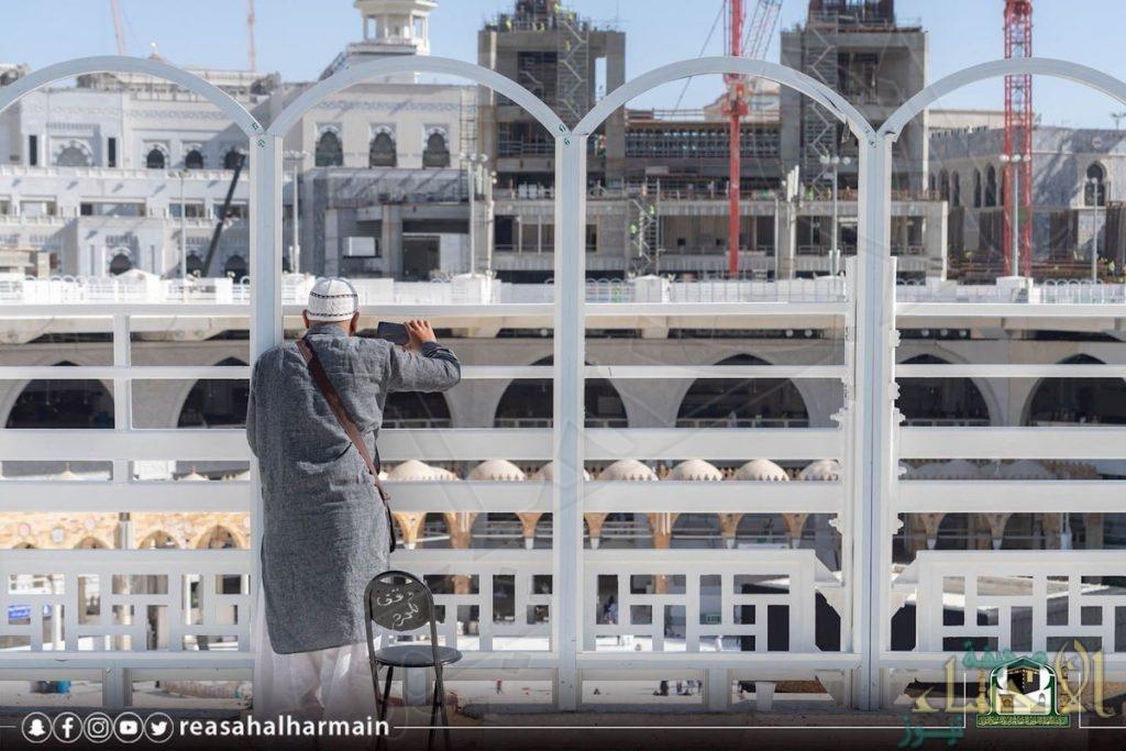 """شاهد بالصور… تركيب """"سياج جديد"""" بسطح الحرم لحماية قاصدي الحرمين الشريفين"""