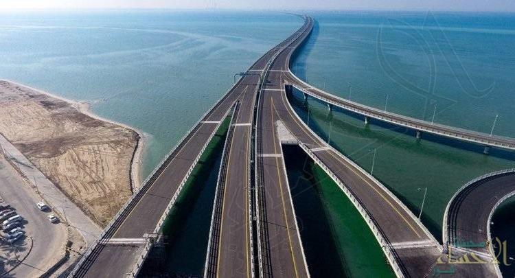 """شاهد بالفيديو… """"أمير الكويت"""" يُدشّن أحد أطول جسور العالم بطول 36 كلم فوق البحر"""