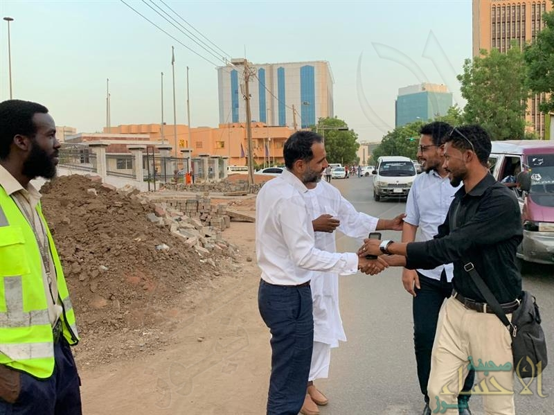 شاهد.. السفير البريطاني بالخرطوم يدعو المارة لتناول إفطار رمضان معه ويؤمهم للصلاة