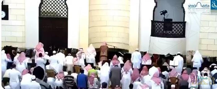 شاهد.. عجز الإمام عن إتمام الصلاة فحل محله المؤذن وصوته يثير إعجاب المغردين!!
