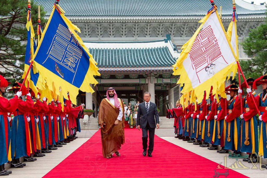"""شاهد.. ولي العهد يدخل """"القصر الأزرق"""" بصحبة الرئيس الكوري وكبار المسؤولين"""